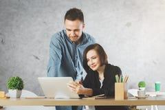 Caucasian affärsman och kvinna som arbetar på projekt royaltyfri bild