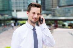 Caucasian affärsmansamtal till mobiltelefonen Arkivbilder