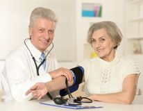 Caucasian aged doctor with a elderly patient Royalty Free Stock Photos