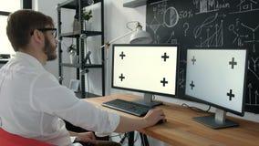Caucasian arbetarmaskinskrivning på tangentbordet och se den gröna skärm20-tal 4k stock video