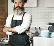 Caucasian baristaman på coffee shop arkivfoto
