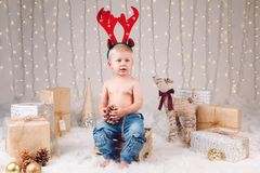 Caucasian barn med huvudbindeln för hjortälghorn som firar jul eller nytt år fotografering för bildbyråer