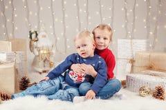 Caucasian barnsyskongrupp i tröjor som sitter tillsammans att krama fira jul eller nytt år arkivbilder