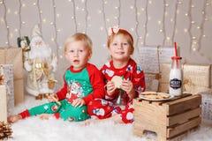 Caucasian barnsyskongrupp i tröjor som sitter tillsammans att krama fira jul eller nytt år arkivfoto