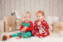 Caucasian barnsyskongrupp i tröjor som sitter tillsammans att krama fira jul eller nytt år arkivfoton