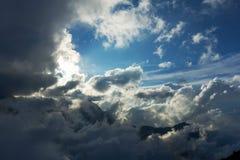 Caucasian berg och moln Landskap blå sky Arkivfoto