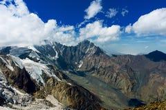 Caucasian berg och moln Landskap blå sky glaciär Royaltyfri Foto