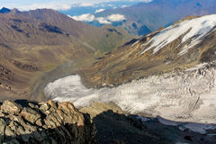 Caucasian berg och moln Landskap blå sky glaciär Royaltyfri Bild