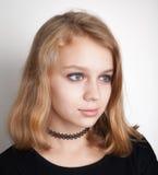 Caucasian blond tonårs- flicka i svart tättsittande halsband royaltyfri bild