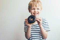 Caucasian blont barn 5-6 gamla år royaltyfria foton