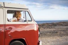 Caucasian bonito da jovem mulher na atividade de lazer com uma camionete velha nas férias Foto de Stock