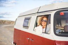 Caucasian bonito da jovem mulher na atividade de lazer com uma camionete velha nas férias Fotos de Stock