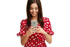 Caucasian brunettkvinna som anv?nder smartphonen som isoleras ?ver vit bakgrund arkivfoton