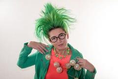 Caucasian dziewczyna w zielonej sukni z zielonym włosy i przygotowywa dla wakacji Kostium nauczyciel początkowe klasy bucharest b obraz royalty free