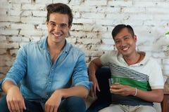 Caucasian ed asiatico della corsa della miscela dell'amico di sorriso di due uomini Fotografia Stock Libera da Diritti