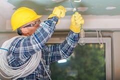 Caucasian elektriker på arbete arkivfoton