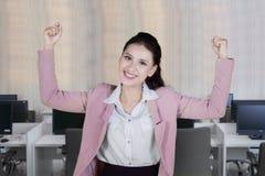 Caucasian entreprenör som uttrycker hennes succes arkivfoto