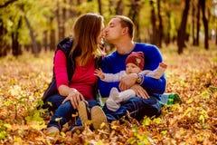 Caucasian för familjbarn utomhus Fotografering för Bildbyråer