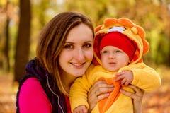 Caucasian för familjbarn utomhus Arkivfoton