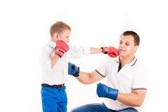 Caucasian fader av boxning med sonen Royaltyfria Foton