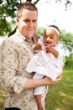 Caucasian fader och hans afrikanska flicka Arkivbild