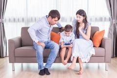 Caucasian familj i status av allvarligt Se för fader och för moder Royaltyfria Bilder