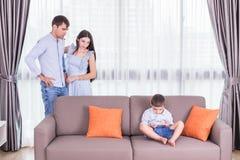Caucasian familj i status av allvarligt Se för fader och för moder Arkivfoton