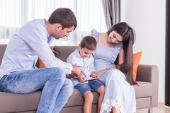 Caucasian familj i status av allvarligt Se för fader och för moder Royaltyfria Foton