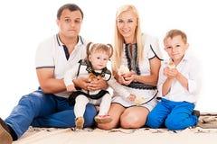Caucasian familj med barn Royaltyfri Fotografi