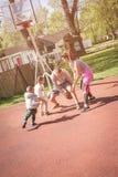 Caucasian familj som spelar basket tillsammans Fotografering för Bildbyråer