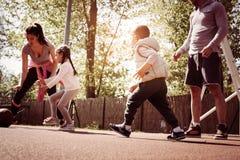 Caucasian familj som spelar basket tillsammans Arkivbild