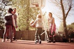 Caucasian familj som spelar basket tillsammans Royaltyfri Fotografi