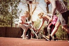 Caucasian familj som spelar basket tillsammans Royaltyfria Bilder