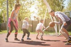 Caucasian familj som spelar basket tillsammans Royaltyfria Foton