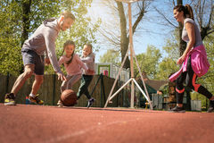 Caucasian familj som spelar basket tillsammans Royaltyfri Bild