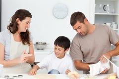 Caucasian familjmatlagningkexar tillsammans Fotografering för Bildbyråer