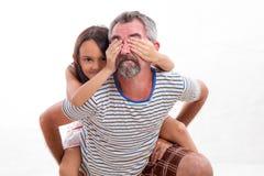Caucasian farsa med den asiatiska dottern på hans baksida royaltyfri foto
