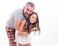 Caucasian farsa som kramar den asiatiska dottern Royaltyfri Bild