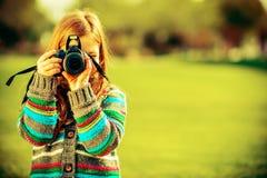 Caucasian flicka med kameran royaltyfri bild