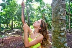 Caucasian flicka som spelar i rainforestdjungel royaltyfri foto