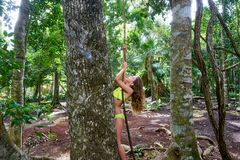 Caucasian flicka som spelar i rainforestdjungel royaltyfri fotografi