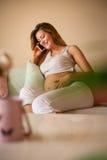 Caucasian gravid kvinnasamtal fotografering för bildbyråer