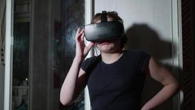 Caucasian gril i VR-exponeringsglas utandas att skrämmas stock video