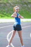Caucasian idrottsman nen During Her som utomhus värmer utbildning upp royaltyfri foto