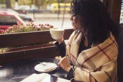 Caucasian kvinna för Beautifil brunett i läderomslag och pläd s royaltyfri foto