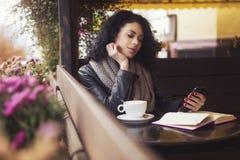 Caucasian kvinna för Beautifil brunett i läderomslag och pläd s arkivfoton