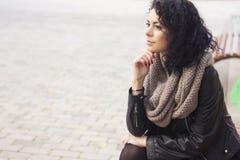 Caucasian kvinna för Beautifil brunett i läderomslag och halsduk w Arkivfoton