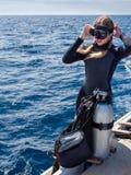 Caucasian kvinna i förberedelsen för dykapparatdykning Royaltyfri Fotografi
