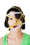 Caucasian kvinna med att mäta bandet på framsida Arkivfoton