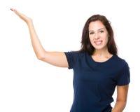 Caucasian kvinna med handpresentation Arkivfoto